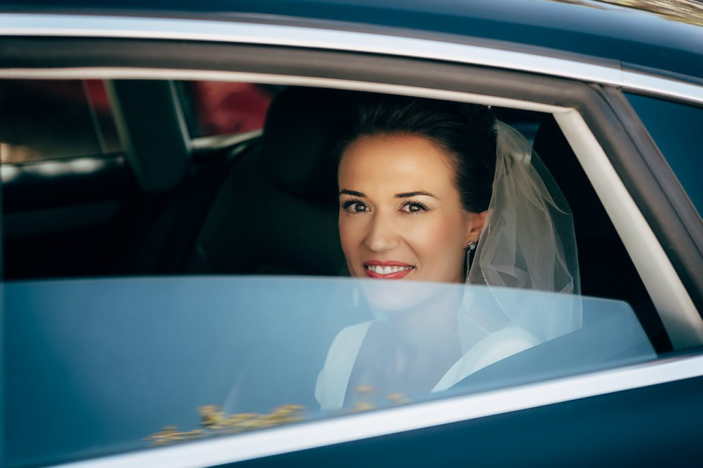 Novia en el coche de boda